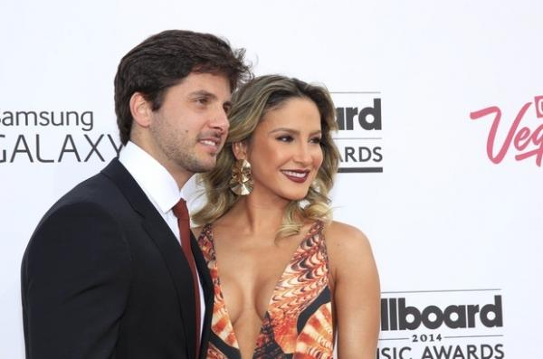 Claudia Leitte vai com vestido superdecotado ao Billboard Awards