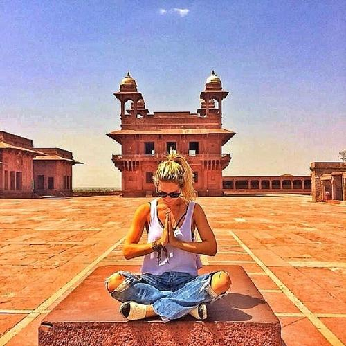 De barriga de fora, Giovanna Ewbank se diverte na Índia