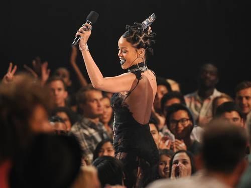 Presa no trânsito, Rihanna não chega a tempo  de receber prêmio de melhor música nos EUA
