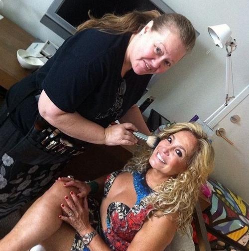 Susana Vieira aparece com figurino decotado sendo maquiada