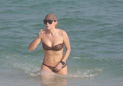 Christine Fernandes corre na praia e depois mergulha