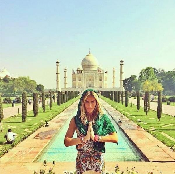 Giovanna Ewbank posa em frente ao Taj Mahal na Índia