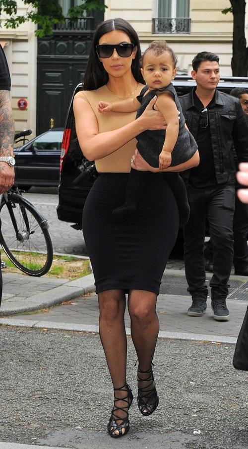 Kim Kardashian passeia por Paris com a filha no colo antes de casamento