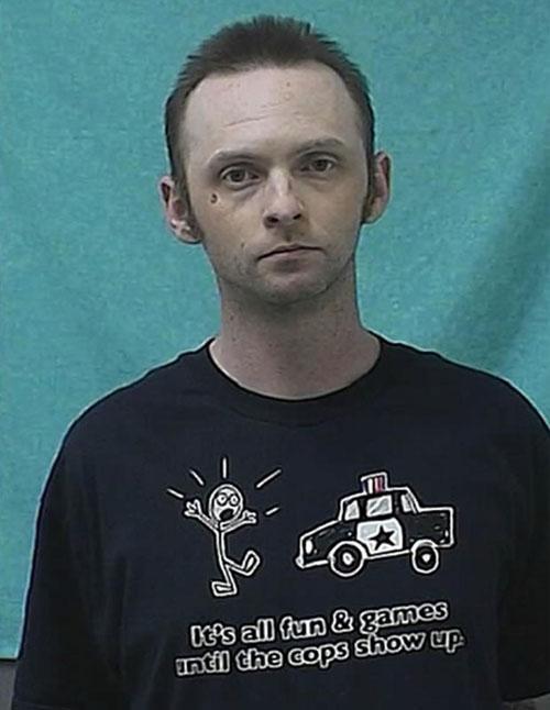 Ladrão de banco é detido nos EUA com camiseta que