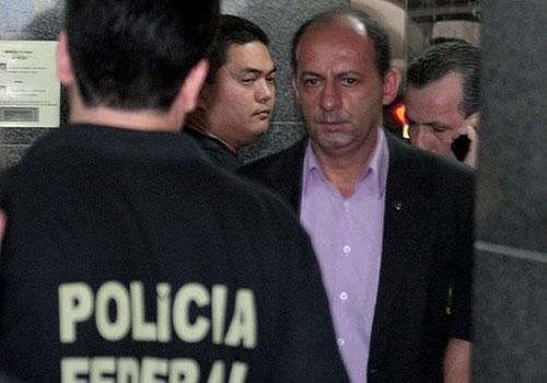Polícia Federal prende governador de Mato Grosso, que paga fiança e é liberado