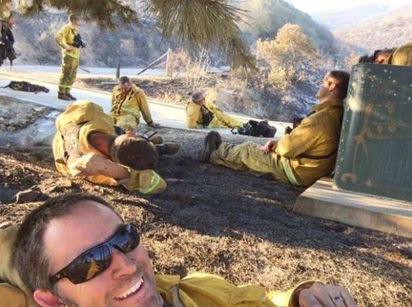 Bombeiro faz selfie após combater incêndio nos EUA e vira hit na web