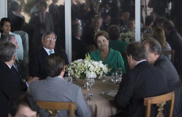 Dilma oficializa aliança com PTB em almoço com dirigentes do partido