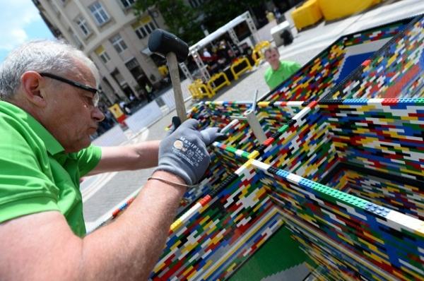Equipe tenta recorde ao construir torre de 36 m feita de Lego na Hungria