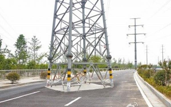 Estrada chinesa vira piada ao ser feita com torres de transmissão no meio