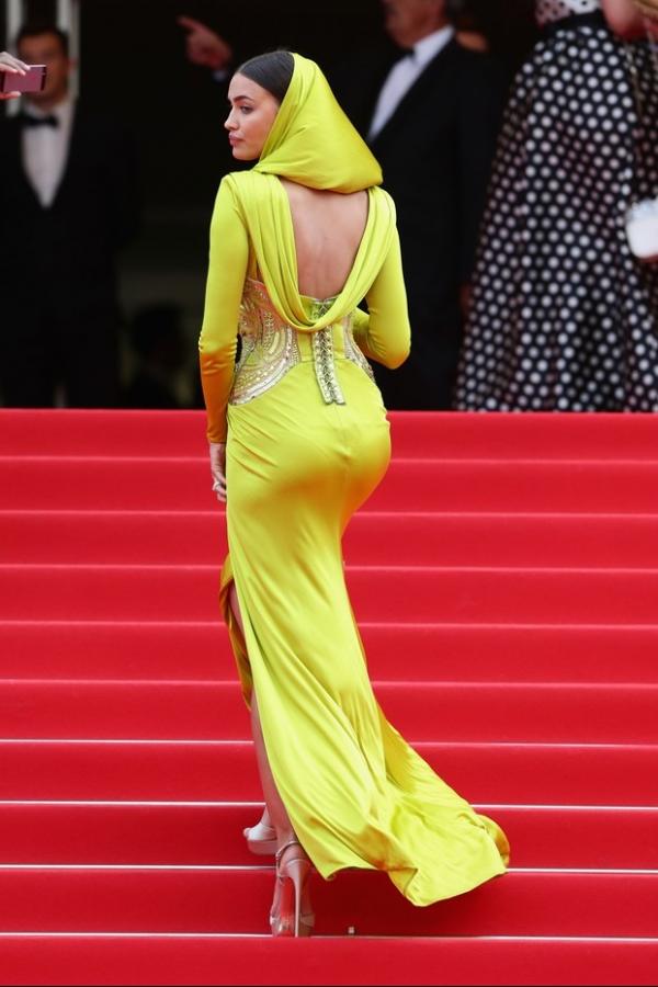 Irina Shayk, namorada de C.Ronaldo, usa look excêntrico em Cannes