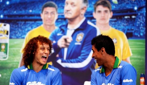 Líderes da Seleção, David Luiz e Dani Alves exaltam o comando de Felipão