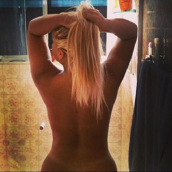 Mulher Filé sensualiza e mostra corpo enxuto ao postar foto nua no banho