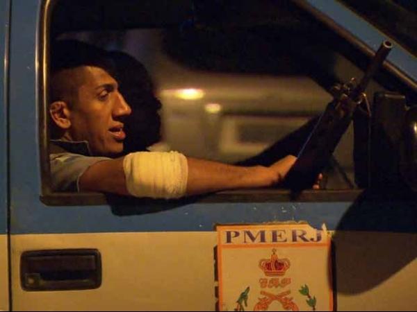 Policiais são baleados em confrontos em comunidades com UPPs no Rio
