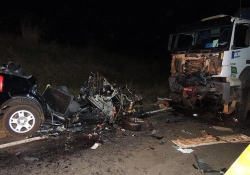 Batida em carreta com 5 mortes deixa carro completamente destruído em SP