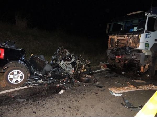 Batida em carreta com 5 mortes deixa carro completamente destruído
