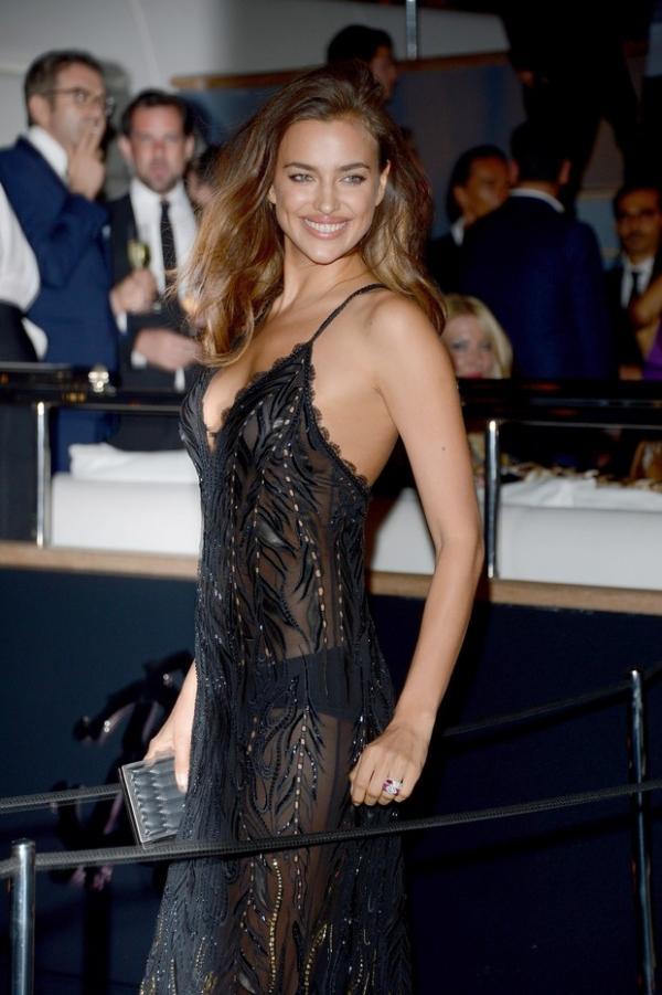 Irina Shayk, namorada de Cristiano Ronaldo, deixa calcinha à mostra