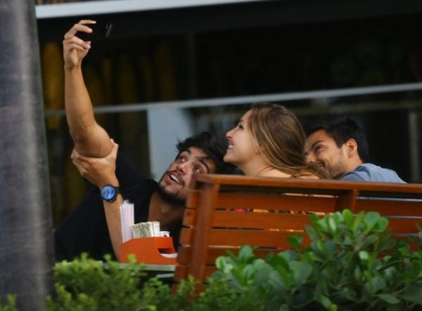 Rodrigo Simas toma café da manhã após festa de Giovanna Lancelotti