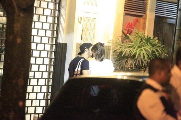 Beijão após jantar aumenta indícios de namoro entre Caio Castro e Casadevall