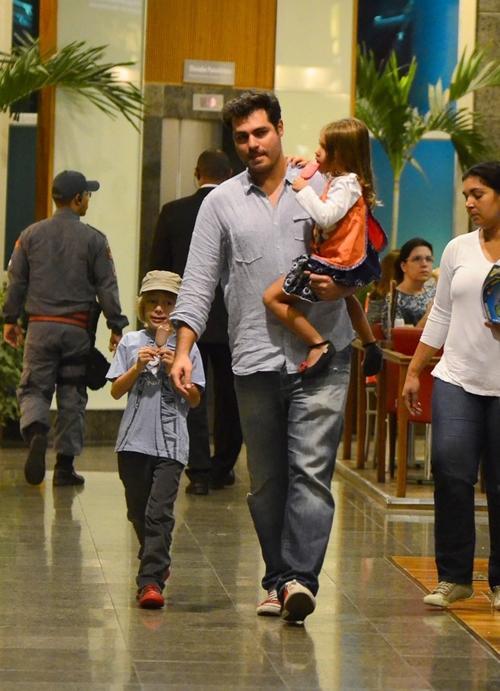 Enquanto a mulher cuida da caçula, Thiago Lacerda passeia com filhos