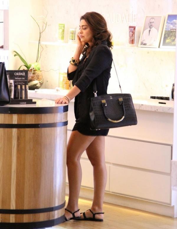 Com as pernas de fora, Juliana Paes vai a shopping acompanhada de amiga