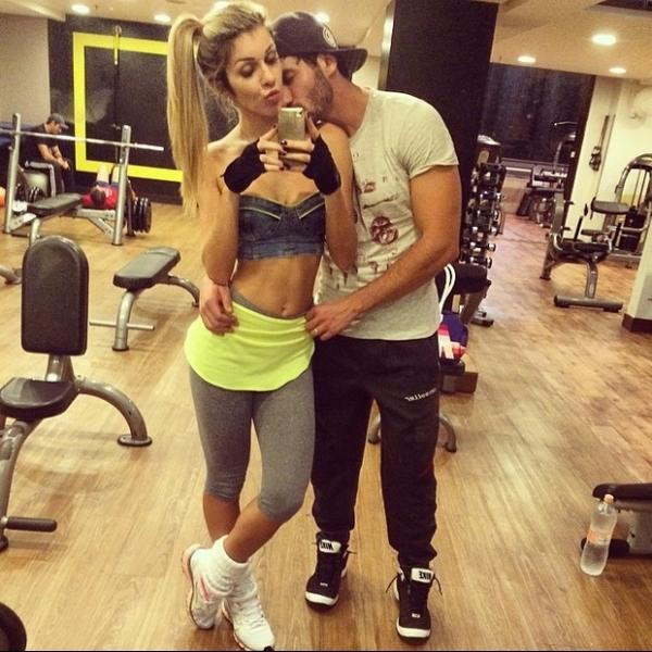 Com Roni, ex-BBB Tatiele faz selfie com barriga de fora na academia