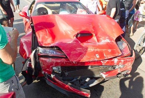Ferrari avaliada em R$ 375 mil fica destruída após acidente