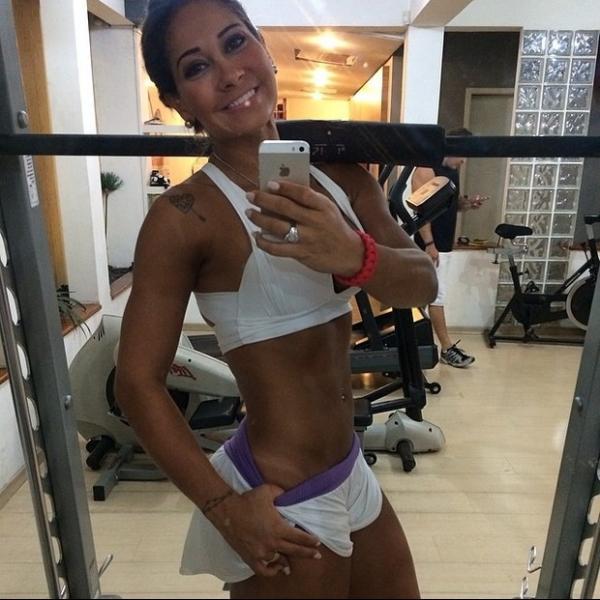 Mayra Cardi exibe barriga chapada na web e recebe elogios: