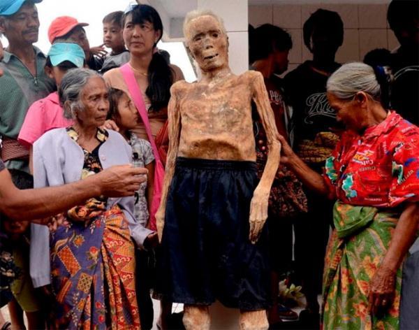 Cadáveres na Indonésia são mantidos morando com seus parentes por meses antes de serem enterrados