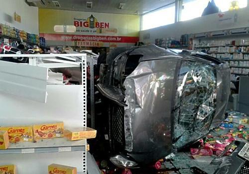 Carro capota, invade uma farmácia e motorista foge após o acidente