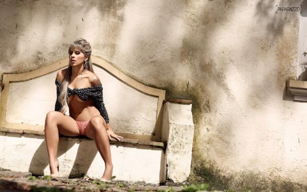 Ex-BBB Vanessa posa sensual em saio e chama atenção pelos atributos; veja as fotos