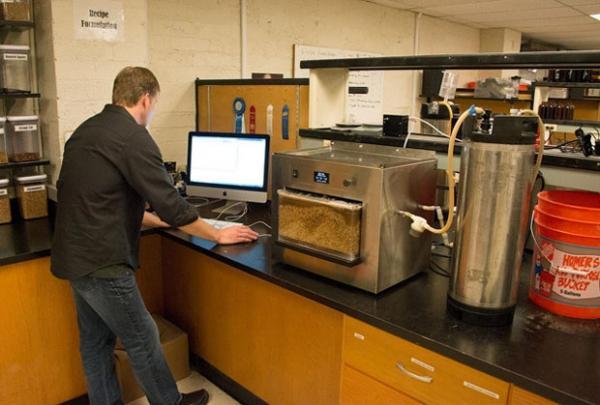 Irmãos criam máquina que permite fazer a própria cerveja dentro de casa