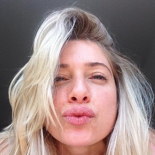 Letícia Spiller posta foto com cara de sono e sem maquiagem