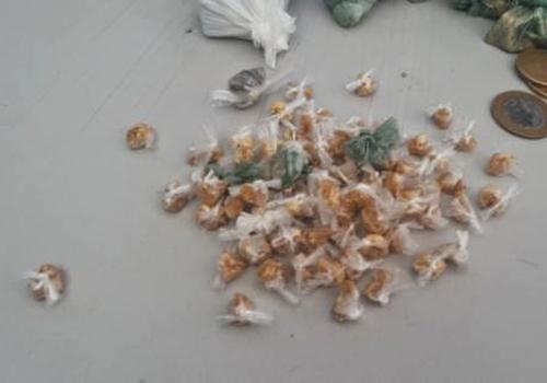 PM prende homem com 23 pedaços de maconha, 24 trouxinhas e 77 pedras de crack