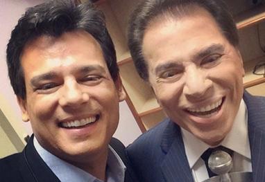 Silvio Santos e Celso Portiolli aparecem sorridentes em selfie