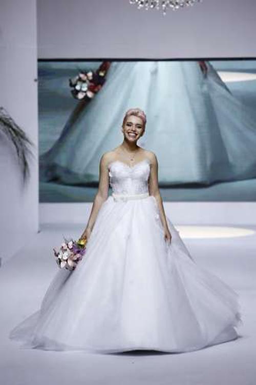 Bruna Linzmeyer desfila de noiva e acessório de R$ 100 mil