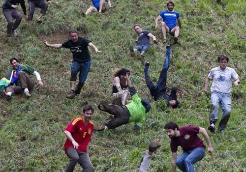 Com tombos incríveis, corrida do queijo reúne multidão na Inglaterra