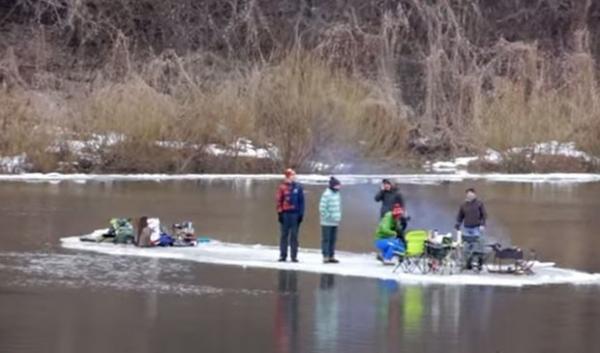 Grupo corta bloco de gelo e desce rio fazendo churrasco na Rússia