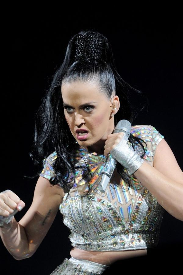 Katy Perry usa roupa apertada e marca