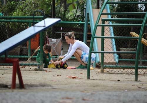 Luana Piovani é só chamego com o filho em parquinho