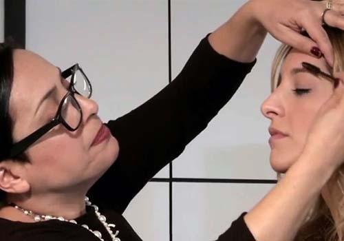 Maquiadora das celebridades ensina a preencher a sobrancelha sem errar