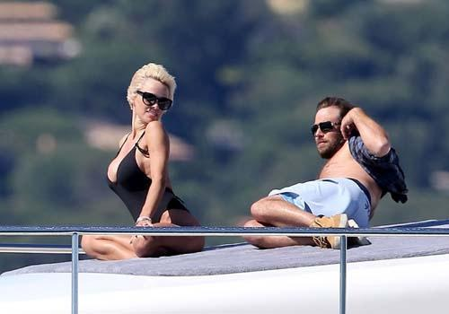 Pamela Anderson passeia de iate e esbanja boa forma