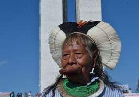 Índios sobem marquise do Congresso pela demora em demarcação