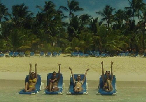 Atrizes curtem férias e exibem ótima forma em Punta Cana