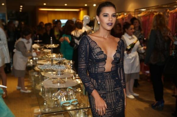 Com vestido decotad﨎simo, Mariana Rios rouba cena  em evento em S縊 Paulo