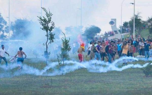 Índios confrontam com a PM ao tentar entrar no Estádio Nacional