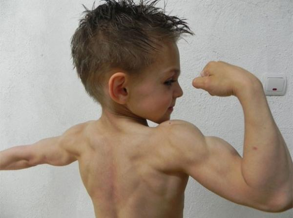 Irmãos de 7 e 9 anos causam polêmica ao praticar halterofilismo