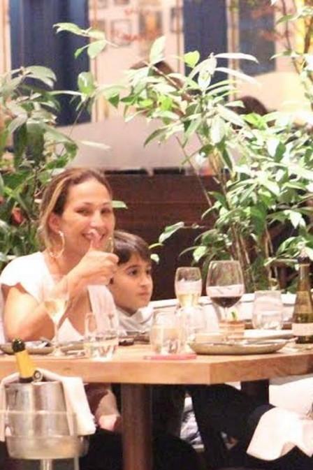 Valesca Popozuda sai para jantar com o filho e amigos em shopping de luxo e tira onda com garrafa de espumante