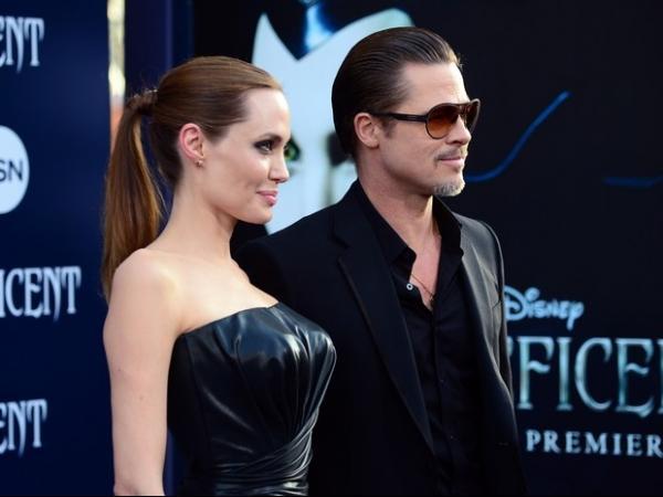 Angelina Jolie escolhe vestido tomara que caia para ir a première