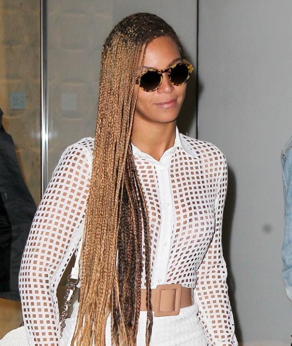 Beyoncé chama atenção nas ruas de NY  com tranças enormes e vestido todo vazado