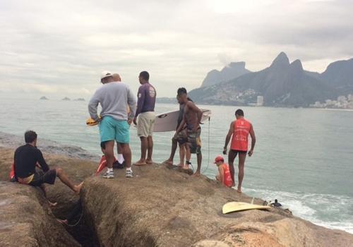 Bombeiros do RJ encontram corpo de argentino arrastado por onda em pedra